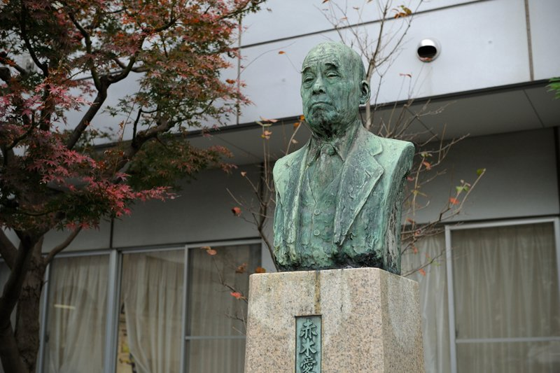 初代 赤木愛太郎校長の胸像