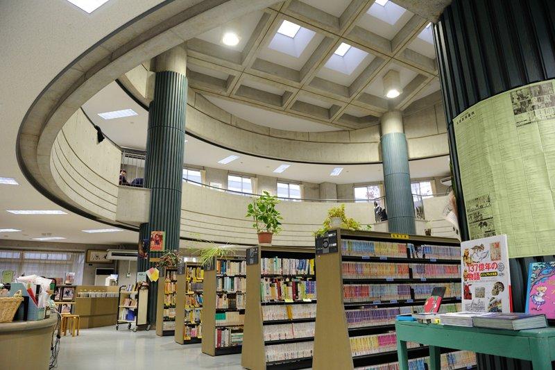校舎から独立している図書館。落ち着いた環境で勉強ができる