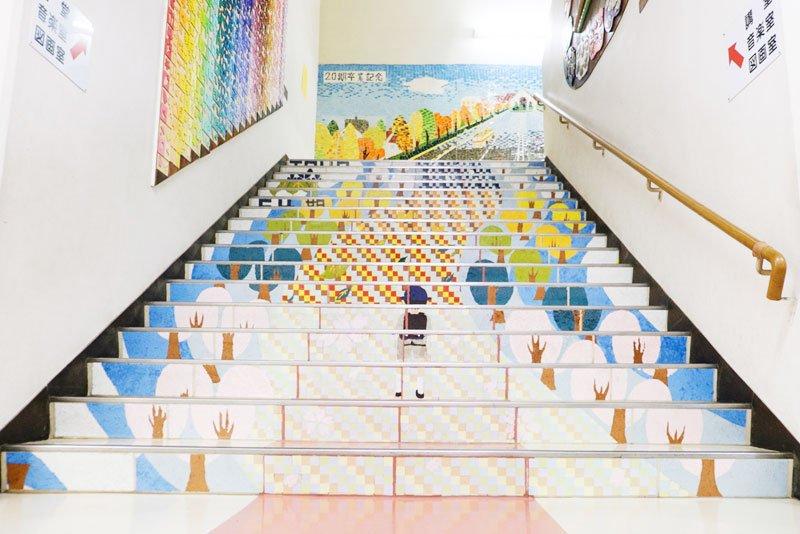 卒業生たちの作品によって、校舎が明るい雰囲気に