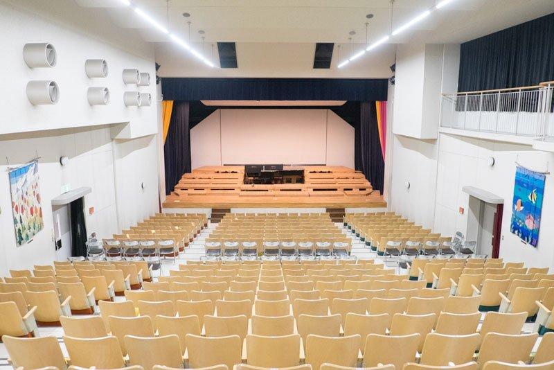 桐朋学園小学校の講堂