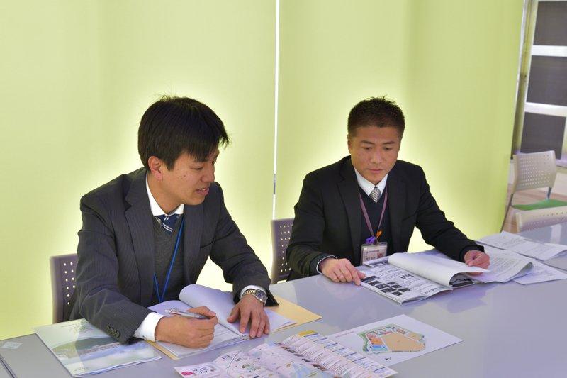 和泉市教育委員会 学校教育部 教育総務室の有住さん(左)と指導室の隅埜さん(右)