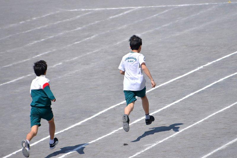 運動中の生徒たち
