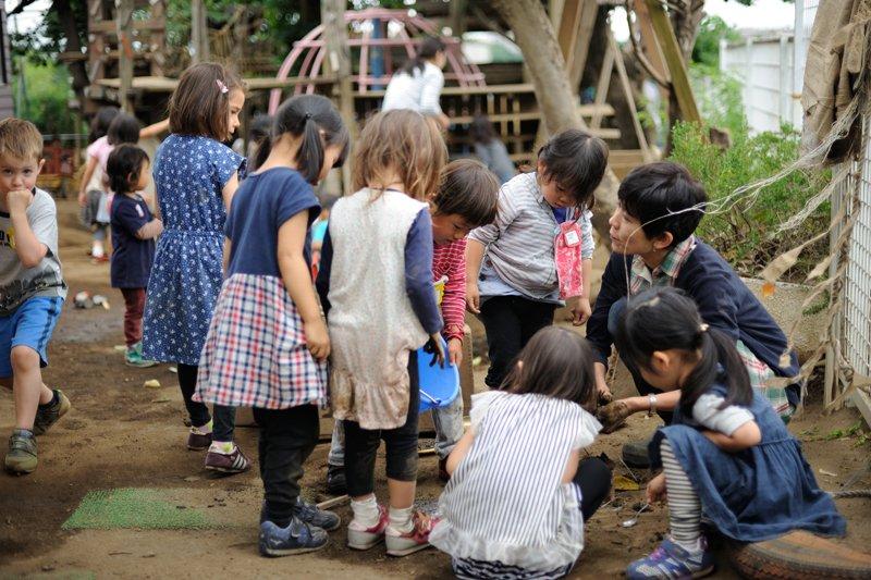 先生のもとに集まる園児たち