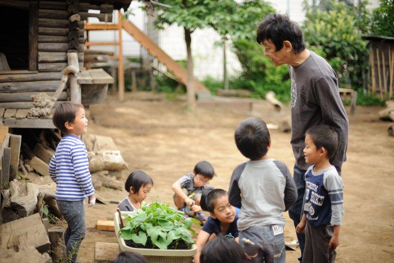 曽根先生と園児たち