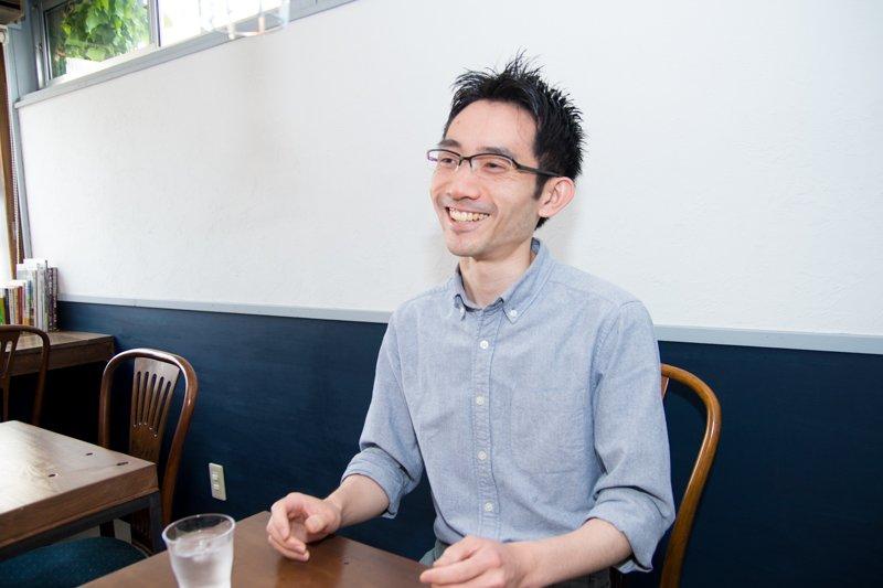 笑顔でインタビューに応える橋本さん