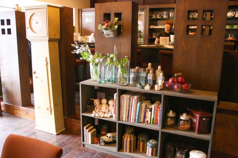 アンティーク家具で雰囲気が作られた店内