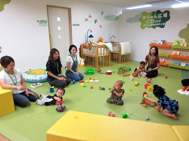赤ちゃんを見守りながら、親同士も交流できるキッズサポートセンターさかい「赤ちゃん広場」