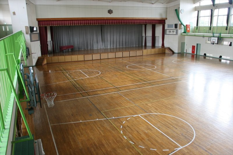 講堂:飛行機の格納施設の骨組みを移築した独特の体育館