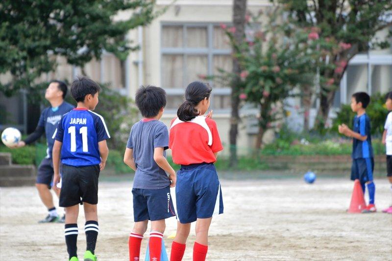 女の子も男の子も一緒にサッカーを楽しむ