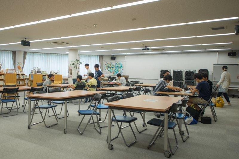 校内と生徒の様子。のびやかな雰囲気がある