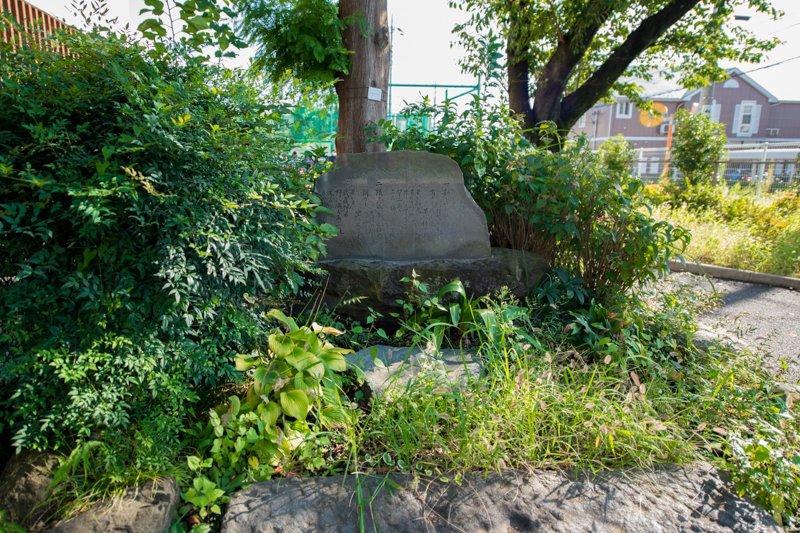 校歌が刻まれた石碑