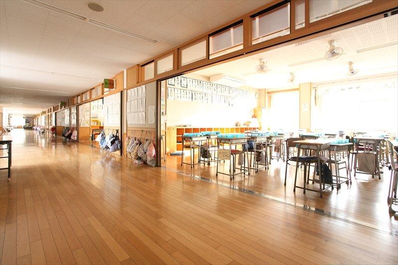 2010(平成22)年度に建替えられた校舎は広々としたオープンなつくり
