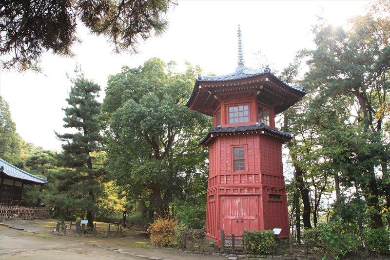 朱塗りの塔「六賢台」