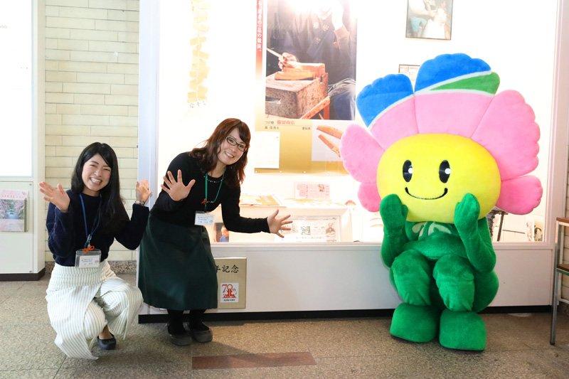 区政部地域力推進室の沖寿菜さん、竹橋真悠さん、キタッコ