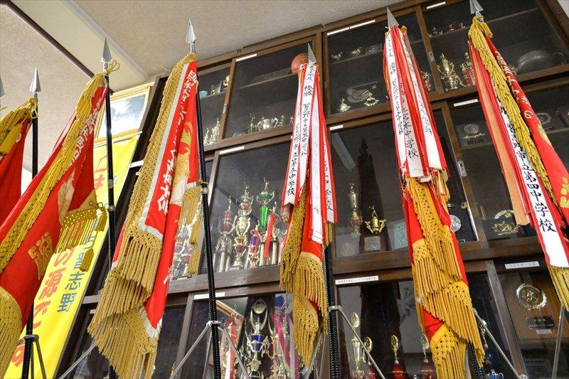 ずらりと保管展示されている賞状や優勝旗