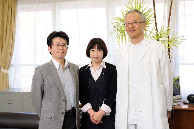 管理部総務課主任 香川孝太さん(左)、病床管理部患者サポート課地域連携係 福井智子さん(中央)、清水直史 院長(右)