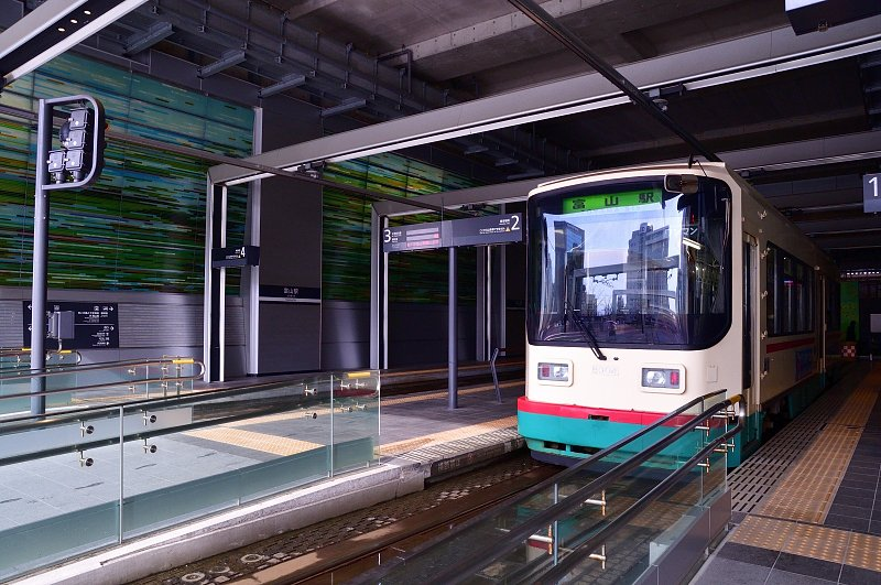 駅舎内に乗り入れし、利便性が向上した路面電車(LTR)