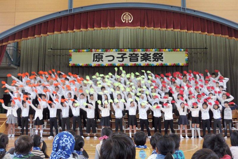 学年全員で協力して発表する「原っ子音楽祭」