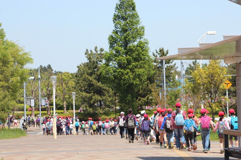 全校生徒で「牧の原公園」に向かう全校遠足