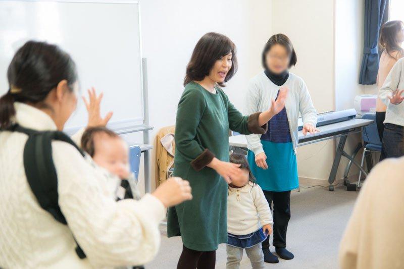 リトミックを教える石田さん
