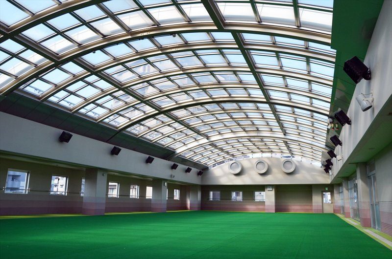 5階、夏場はプールになるオープンスペース