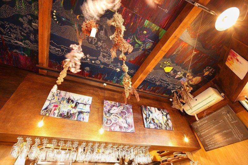 天井にはかわいらしいイラストが