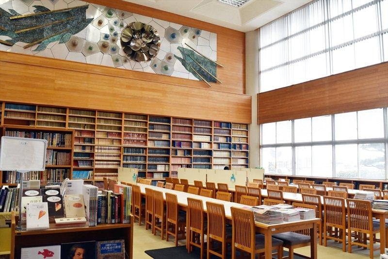 天井が高く、広々とした図書館