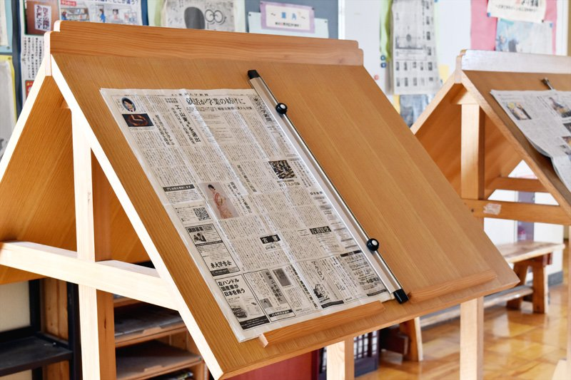 3階フロアに設置された新聞。誰でも自由に読める