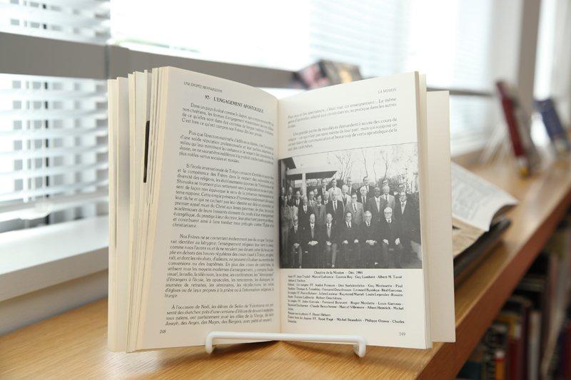 開校の歴史が記された本