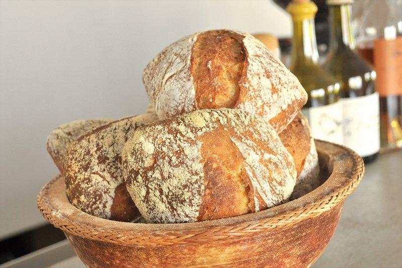 これを目指してくるお客さんもすくなくない、自家製パン