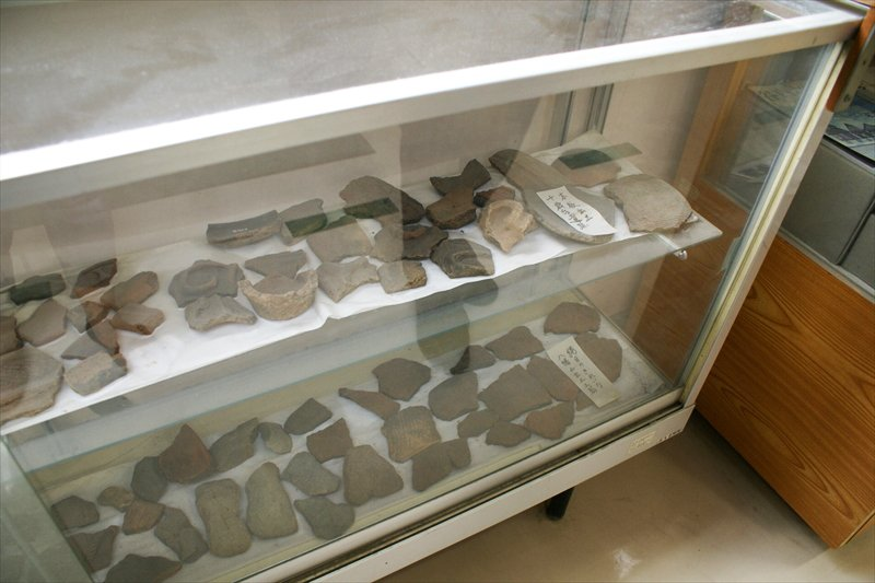 出土した土器の一部が展示されている