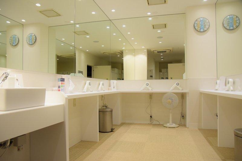白で統一され清潔感あふれるメイクルームやシャワールーム