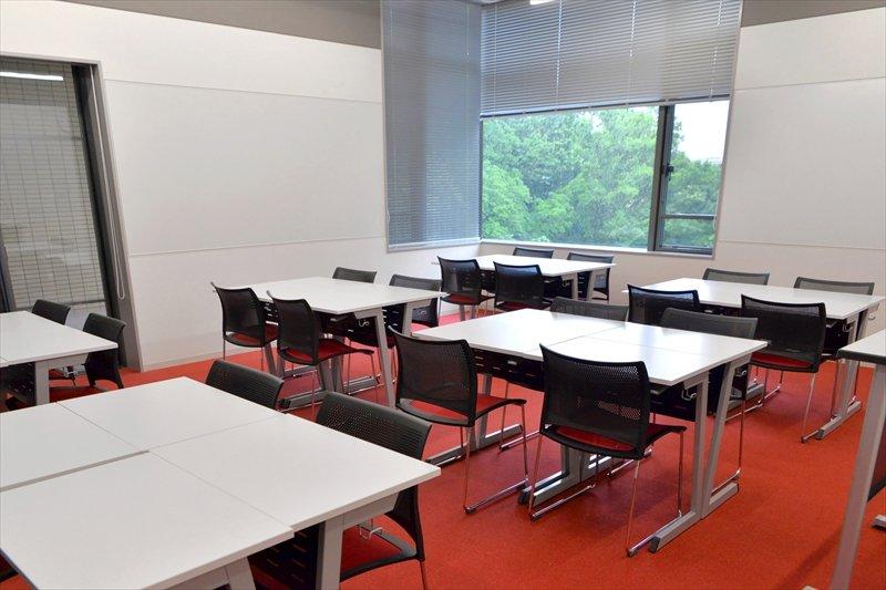 赤いカーペットが印象的な教室