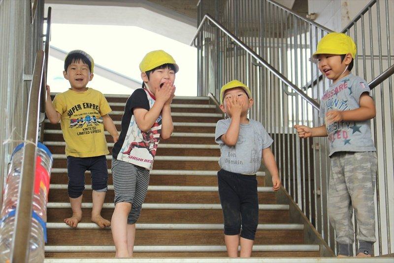 ただの階段も、子どもには楽しい遊び場