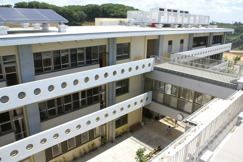 屋上から眺める校舎の様子
