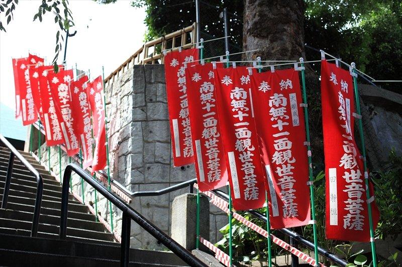 仁王門から本堂へ続く石段にはご本尊を示すのぼり旗が