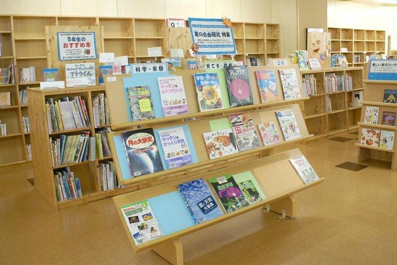 様々な本が揃う図書室