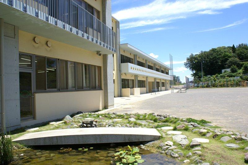 「稲城市立南山小学校」の校庭