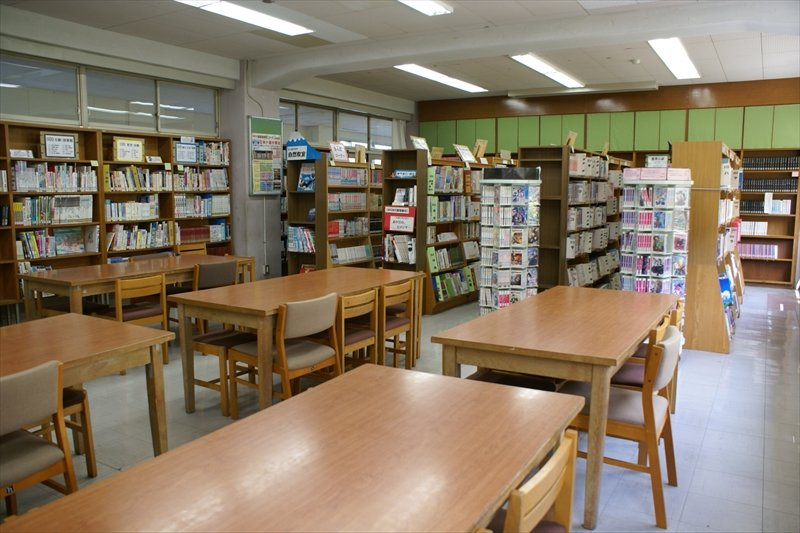 様々な種類の本が並ぶ図書室
