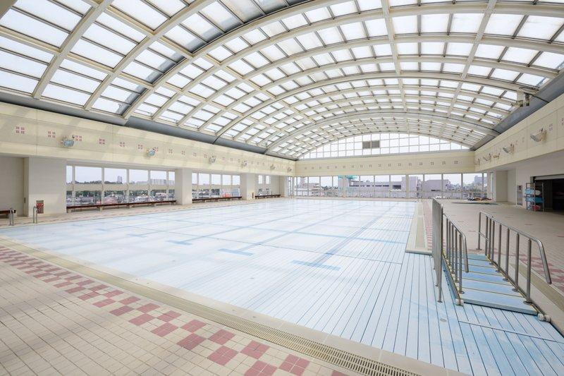 可動式の屋根と自動昇降式の床が備わる屋上プール