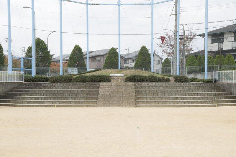 かつて北神戸中学校の南側にあった古墳時代の古墳を同校の運動場に移した
