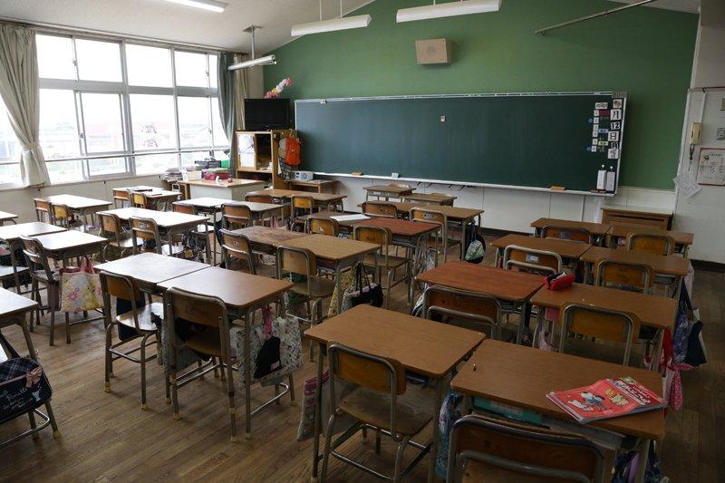 同校では教室に入る際も室内靴に履き替えない。神戸市内の小学校ならではらしい。