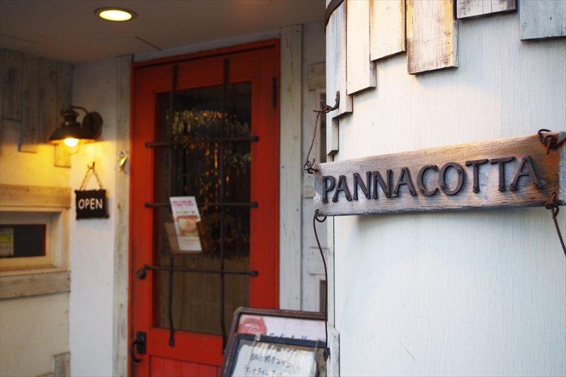 入口の洒落た赤いドアが目印のお店
