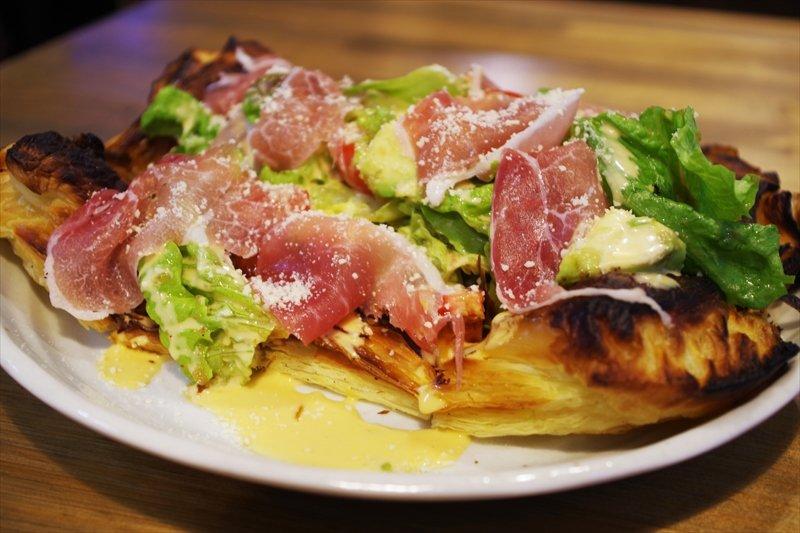 サクサクのパイとドレッシングの酸味が相性抜群「パイ生地ピッツァのサラダ仕立」