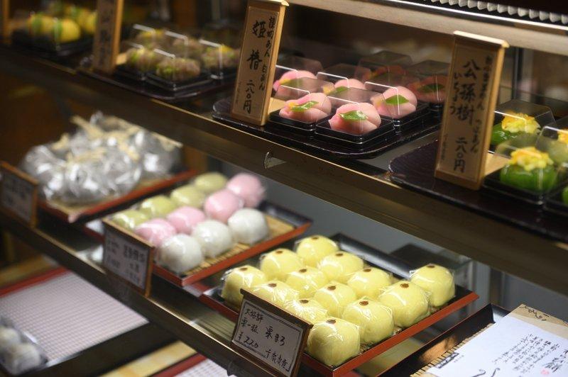 豊富な種類のお菓子が陳列されている