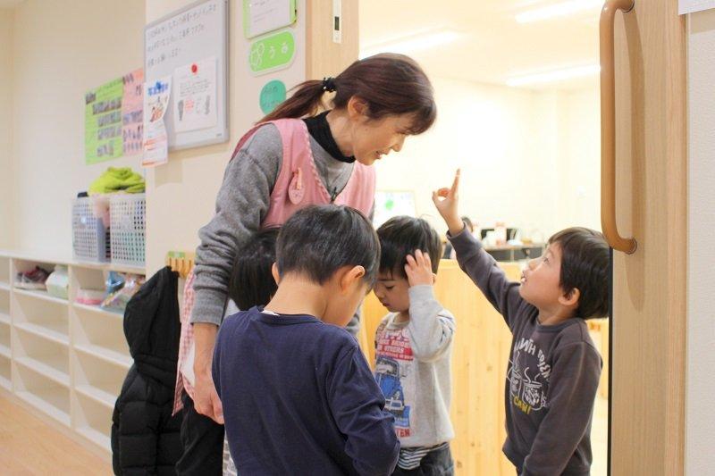園長先生と笑顔で話す、幼児クラスの園児たち