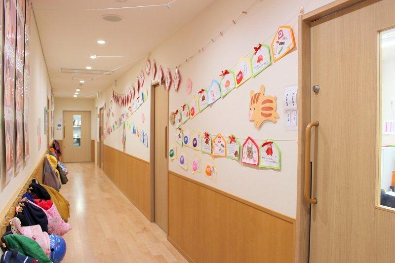 子どもたちの描いた絵などで飾られた廊下