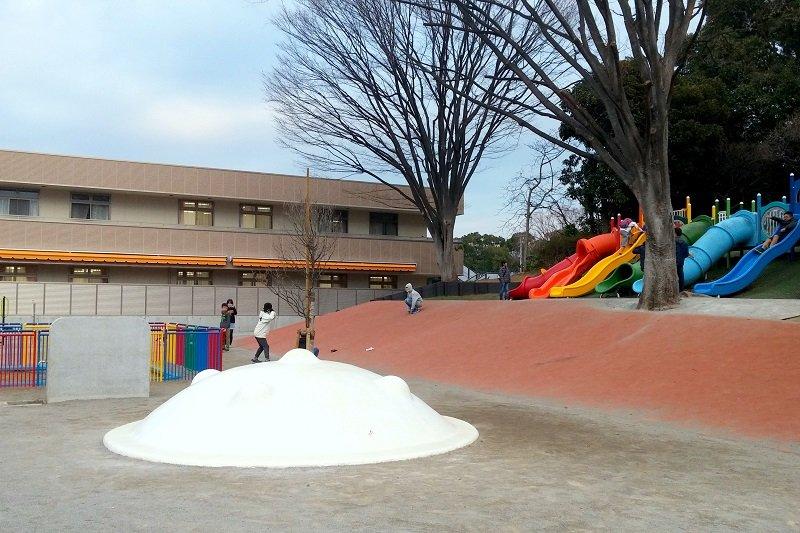 園の目の前にある遊具スペースは、地域の子どもたちの遊び場