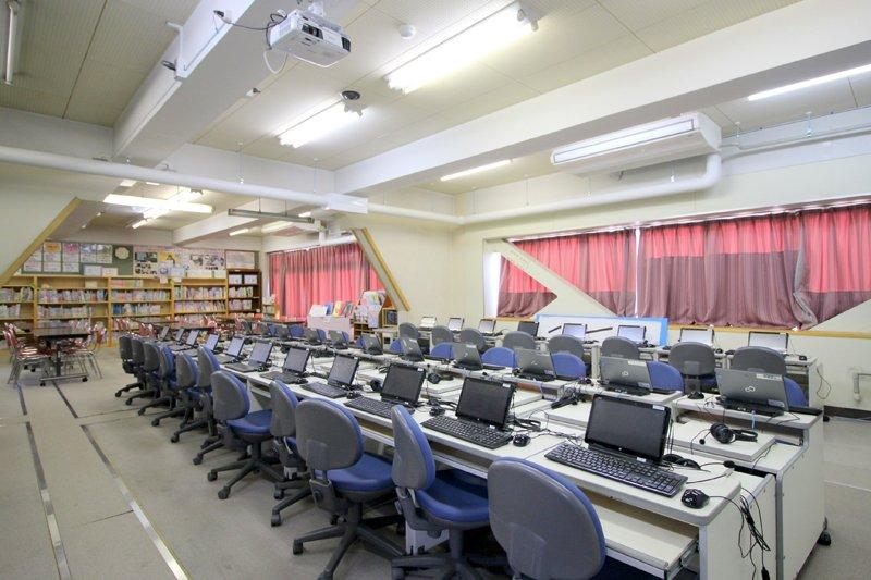調べ学習がしやすい図書室とコンピューター室