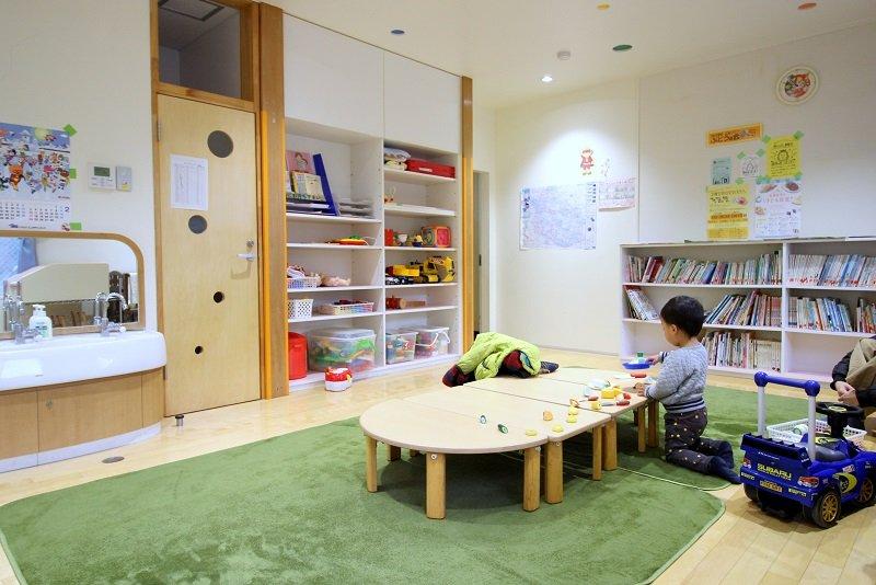 必要なものがそろった、清潔な乳幼児室